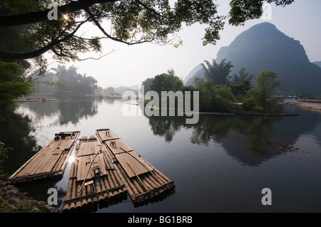 Karst limestone scenery on the Li river (Lijiang) in Yangshuo, near Guilin, Guangxi Province, China, Asia - Stock Photo