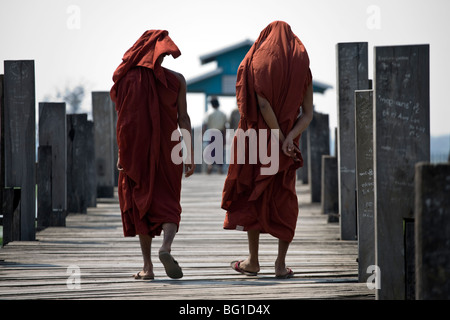 Monks walking on the ubein Bridge in Mandalay, Myanmar - Stock Photo