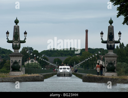 Holiday boat about to crosses the Briare Aqueduct over the River Loire on the Canal a lateral a la Loire - Stock Photo