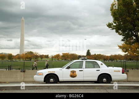 Police patrol car, with the Washington monument, Washington DC, USA - Stock Photo