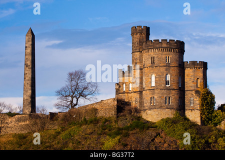 Scotland, Edinburgh, Calton Hill. Thomas Hamilton's obelisk and Governor's House located on Calton Hill - Stock Photo