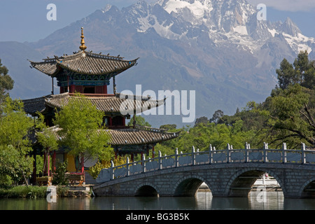 Black Dragon Pool Park, temple and bridge, with Jade Dragon Snow Mountain in background, Lijiang, Yunnan Province, - Stock Photo