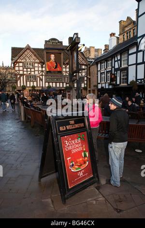 UK, England, Manchester, Cateaton Street, Christmas shoppers drinking outside Old Wellington Inn - Stock Photo