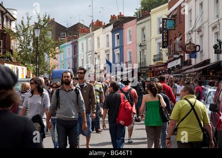 Crowds in the sun on Portobello Road market, Notting Hill, London. - Stock Photo
