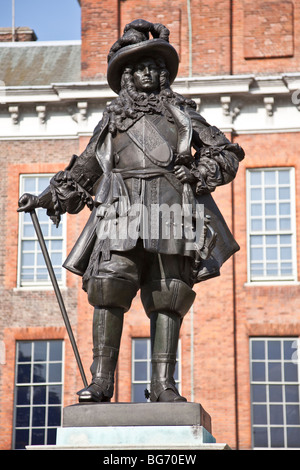 Bronze statue (1907) of King William III, in front of Kensington Palace in London, England. - Stock Photo