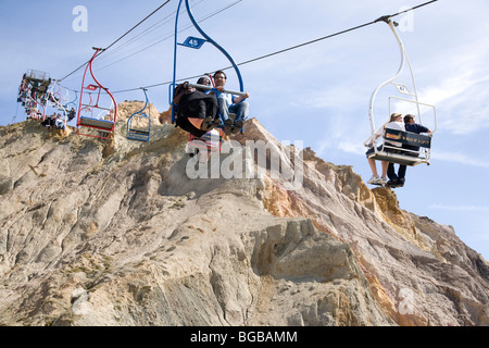 England, Isle of Wight, Alum Bay. Chair lift from clifftop to beach below. - Stock Photo