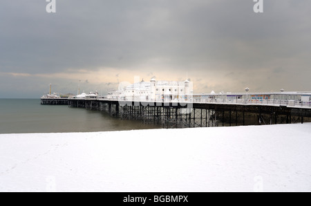 Brighton pier and beach covered in snow - Stock Photo