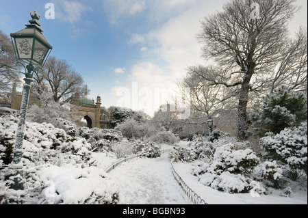 The gardens of Brighton Pavilion covered in snow - Stock Photo