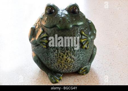 A funny cast-iron moulding of a frog (Century 19th). Amusant moulage en fonte d'une grenouille (19ème Siècle).