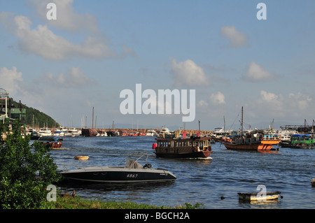 Jumbo shuttle barge moving back through the Aberdeen Typhoon Shelter towards the Jumbo Pier on Aberdeen Promenade, - Stock Photo
