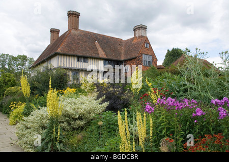 THE LONG BORDER AND HOUSE , GREAT DIXTER GARDENS,EAST SUSSEX. - Stock Photo