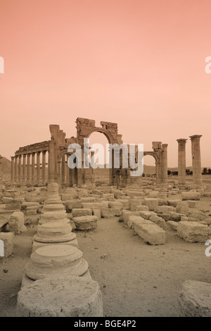 Syria, Palmyra ruins (UNESCO Site), Great Colonnade and Monumental Arch - Stock Photo