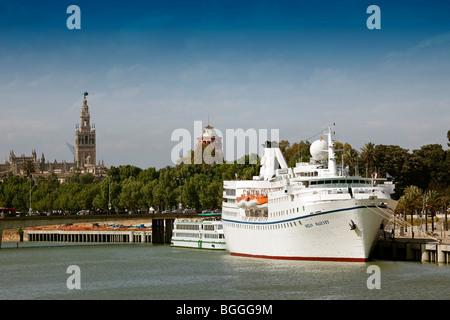 Barco de pasajeros Rio Guadalquivir Giralda Sevilla Andalucía España Passenger boat river Guadalquivir seville andalusia - Stock Photo