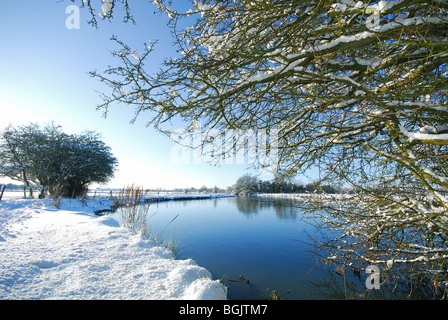 OXFORDSHIRE, UK. A winter view of the Thames footpath at Swinford, Eynsham. - Stock Photo