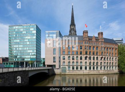 Hamburg, Laeiszhof und Hochhaus Hamburg Süd, Turmruine von St. Nikolai, Bei der alten Börse, Trostbrücke, Hamburg. - Stock Photo