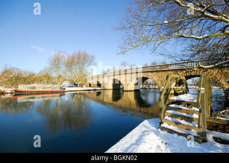 OXFORDSHIRE, UK. A winter view of the River Thames and Thames towpath. January 2010. - Stock Photo