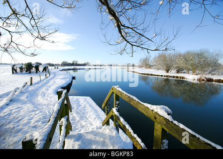 OXFORDSHIRE, UK. A winter view along the Thames towpath at Swinford, Eynsham in Oxfordshire. - Stock Photo