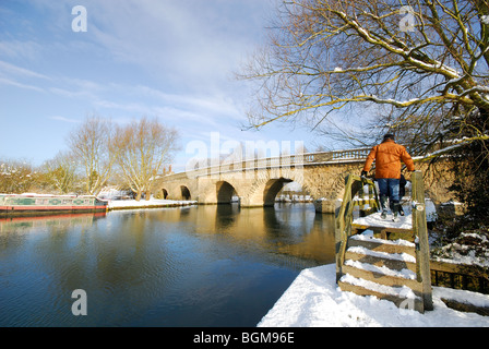 OXFORDSHIRE, UK. A winter view of the Thames footpath and Swinford toll bridge at Eynsham. 2010. - Stock Photo