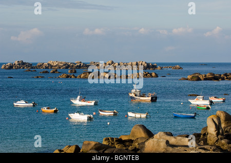 Fishing boats at the rocky Kerlouan coastline at Menez Ham / Menez Hom / Meneham, Finistère, Brittany, France - Stock Photo