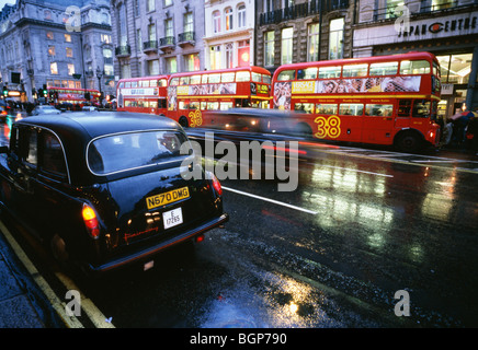 Buses and taxis a rainy day in London, Great Britain. - Stock Photo
