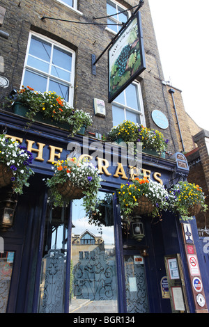 The Grapes in Narrow Street, Limehouse, E14 London, UK - Stock Photo