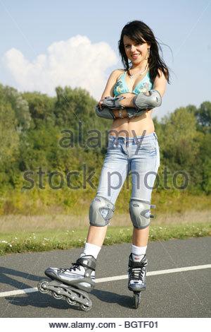 Junge Frau unterwegs mit Rollerblades - Stock Photo