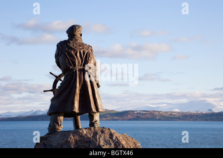 Moelfre, Anglesey, North Wales, UK. Bronze statue of Coxswain Richard (Dic) Evans looking out across sea in winter - Stock Photo