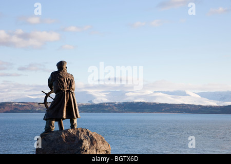Moelfre, Anglesey, North Wales, UK. Bronze statue of Coxswain Richard (Dic) Evans looking out across sea to mountains - Stock Photo