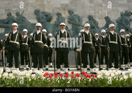 Turkish soldiers in front of Gallippoli War Memorial, Canakkale Turkey. - Stock Photo