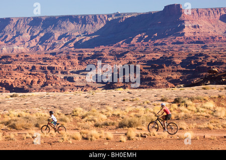 Mountain biking on the White Rim Trail, Island in the Sky District, Canyonlands National Park, near Moab, Utah. - Stock Photo