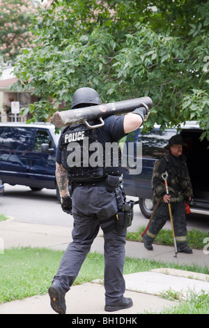 Police officer with battering ram. Kansas City, MO, PD Street Narcotics Unit. - Stock Photo