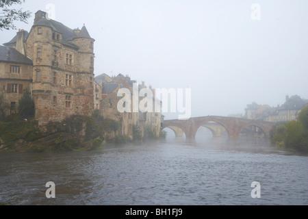 Pont Vieux over the river Lot in the morning mist, Autumn, The Way of St. James, Chemins de Saint Jacques, Via Podiensis, - Stock Photo