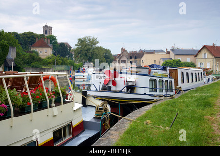 House boats at a lock in Clamecy, Canal de Nivernais, The Way of St. James, Chemins de Saint Jacques, Via Lemovicensis, - Stock Photo