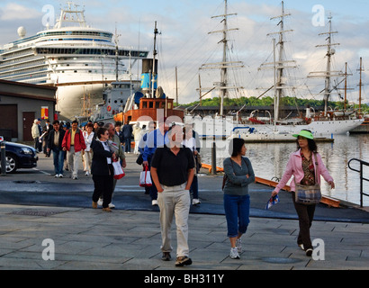 Cruise passengers disembarking from the Crown Princess at the main cruise terminal, Oslo, Norway - Stock Photo