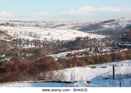 View from Lord Lane, Haworth towards the Worth Valley and Ilkley ( Rombalds ) Moor beyond. West Yorkshire England - Stock Photo