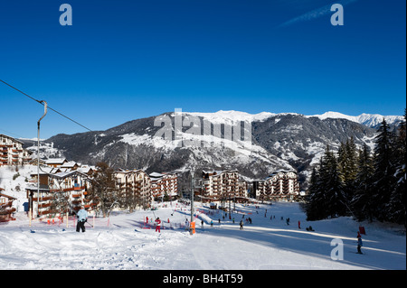 The beginners slopes in the centre of the purpose built resort of La Tania, Three Valleys, Tarentaise, Savoie, France - Stock Photo
