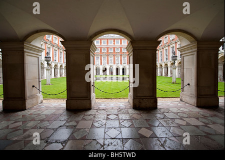The Fountain Court Hampton Court Palace - Stock Photo