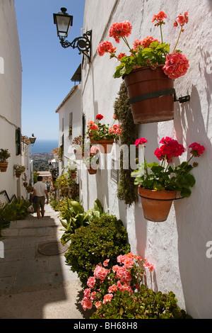 Calle  flores  Pueblo Blanco de Mijas Costa del Sol Málaga Andalucía España Street  flowers white village mijas - Stock Photo