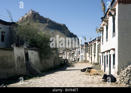 gyantse old town with the dzong above on a hill - Stock Photo
