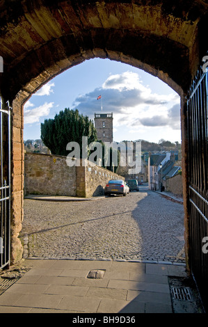 The Palace and Church entrance to the courtyard from the town of Linlithgow  SCO 6025 - Stock Photo