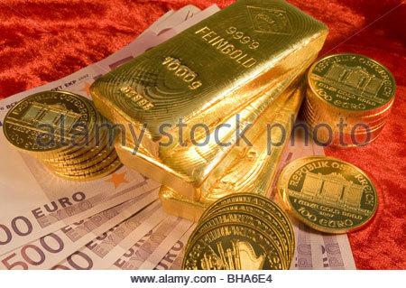 Gold und 500-Euro-Scheine - Gold and Euro Banknotes - Stock Photo