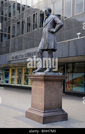 Robert Stephenson engineer Statue plinth euston - Stock Photo