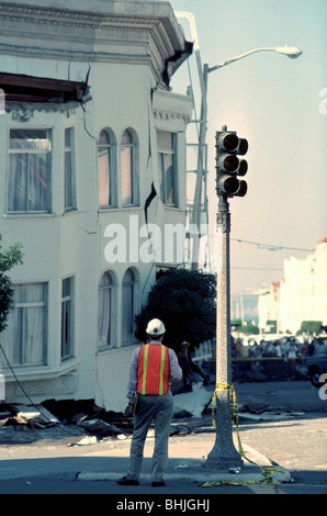 City engineer looking at a collapsed apartment building in the Marina District after the 1989 San Francisco earthquake - Stock Photo