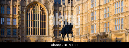 London, Greater London, England. Equestrian statue of Richard the Lionheart in front of the Houses of Parliament. - Stock Photo