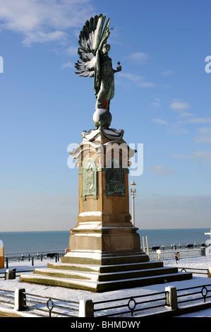 Brighton peace statue covered in snow - Stock Photo