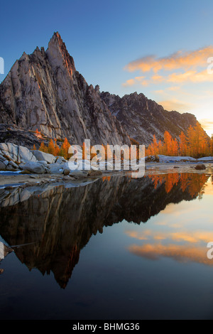 Sunrise at Gnome Tarn in the Enchantments Lakes wilderness - Stock Photo
