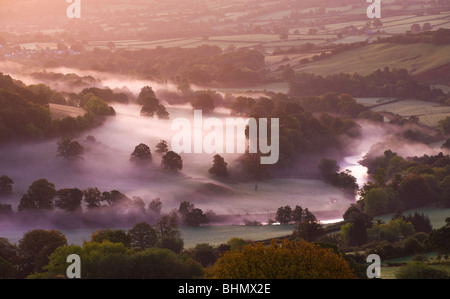 Mist lingers in the Usk Valley at dawn, Brecon Beacons National Park, Powys, Wales, UK. Autumn (October) 2009 - Stock Photo