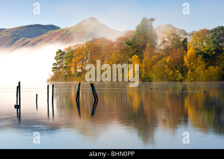 Autumn foliage on the banks of Derwent Water, Keswick, Lake District National Park, Cumbria, England, UK. Autumn - Stock Photo