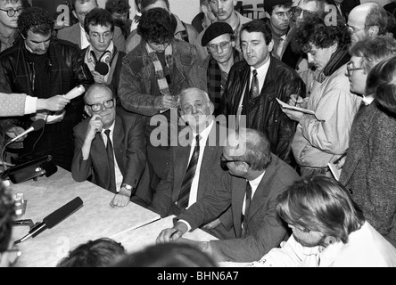 Schnur, Wolfgang, 8.6.1944 - 15. / 16.1.2016, German lawyer, half length, with Manfred Hummitzsch (sitting in the - Stock Photo