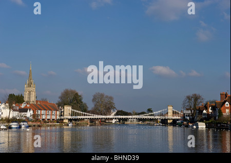 A downstream view of Marlow town suspension road bridge over the River Thames. - Stock Photo